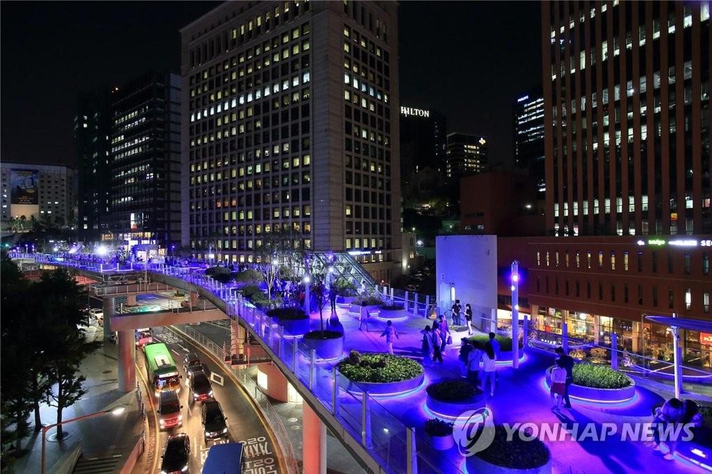 首尔路7017夜景(韩联社/首尔市政府供图)