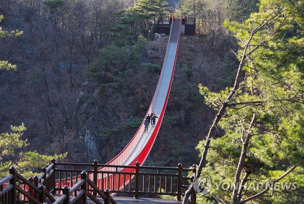 绀岳山云溪索桥(韩联社记者成演在摄)