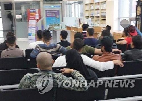 抵达济州国际机场的也门难民(读者提供/韩联社)