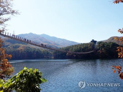 韩京畿索桥游:飞架险谷陡岸 贯通湖光山色