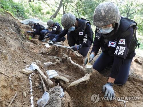 韩军在非军事区箭头山寻骸工作结束