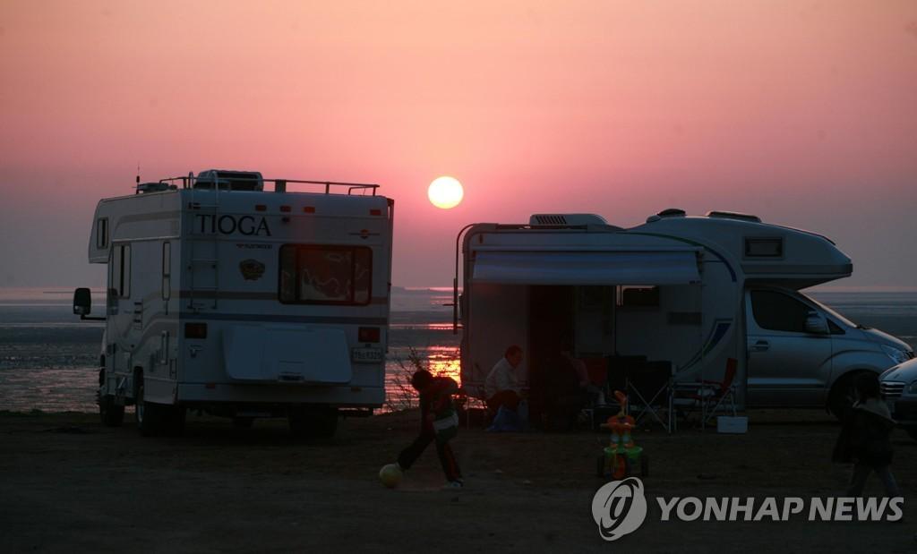 资料图片:海边的露营车 韩联社