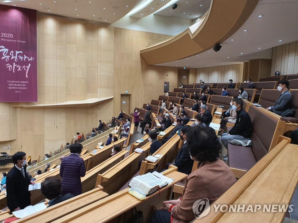 资料图片:保持距离进行周末礼拜。 韩联社