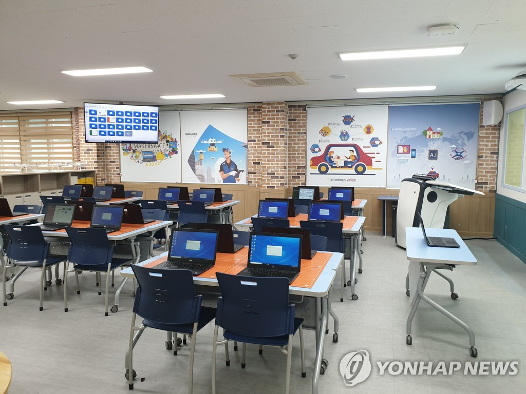资料图片:一所小学的计算机室 韩联社