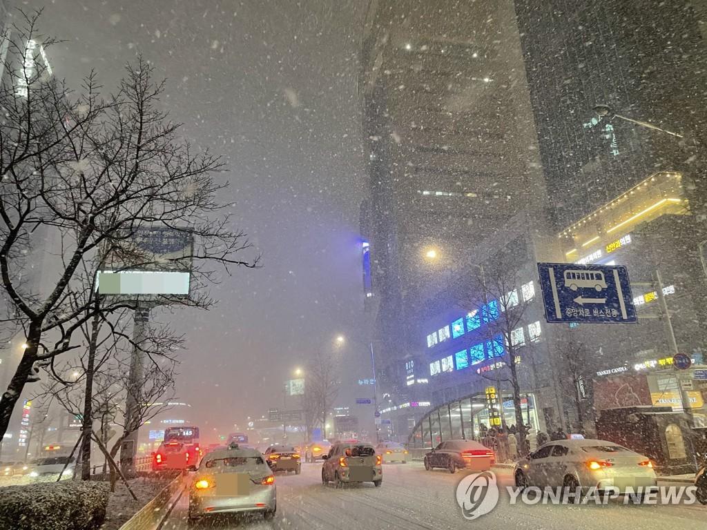 资料图片:首尔降雪 韩联社