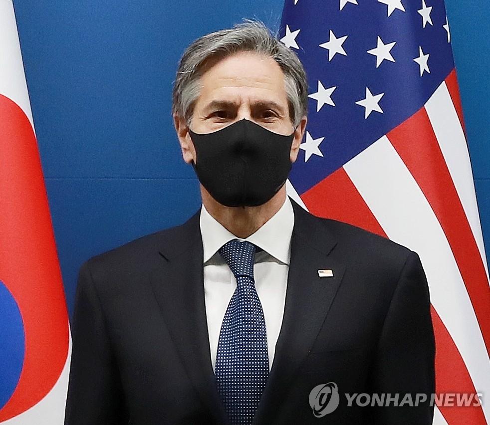 """3月18日,在韩国外交部办公大楼,美国国务卿安东尼·布林肯在参加韩美举行外长防长""""2+2""""会谈之前接受媒体拍照。 韩联社/联合摄影记者团"""