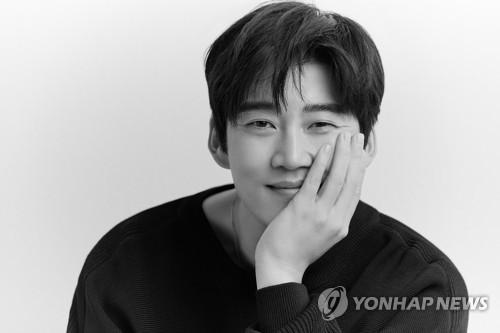 演员尹启相恋情公开 女友为圈外人