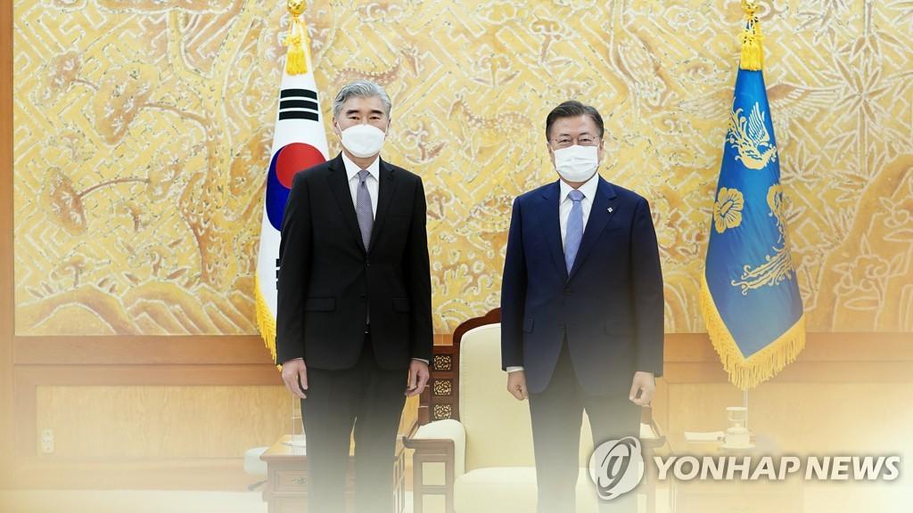 资料图片:韩国总统文在寅(右)和美国国务院对朝特别代表星·金 韩联社TV供图