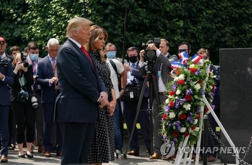 特朗普向华盛顿韩战纪念碑献花