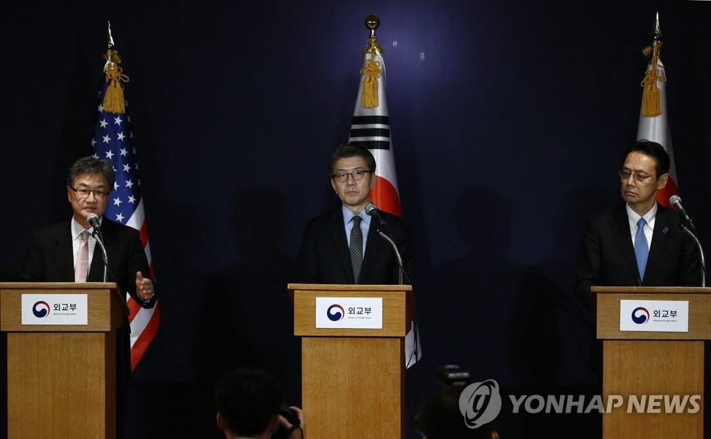 2016年12月13日,六方会谈韩美日团长在首尔会晤。图为美方团长约瑟夫·尹(左一)、韩方团长金烘均(左二)与日方团长金杉宪治会后举行记者会。(韩联社)