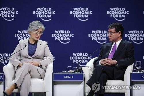 资料图片:康京和(左)和河野太郎(韩联社)