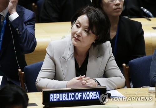 当地时间9月24日,在美国纽约联合国总部,韩国总统文在寅夫人金正淑女士听取防弹少年团的演讲。(韩联社)
