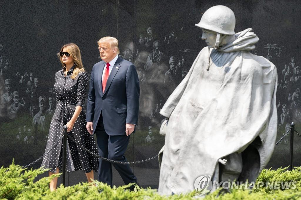 当地时间6月25日,特朗普夫妇前往位于美国华盛顿的韩国战争纪念公园。 韩联社/合众社(图片严禁转载复制)