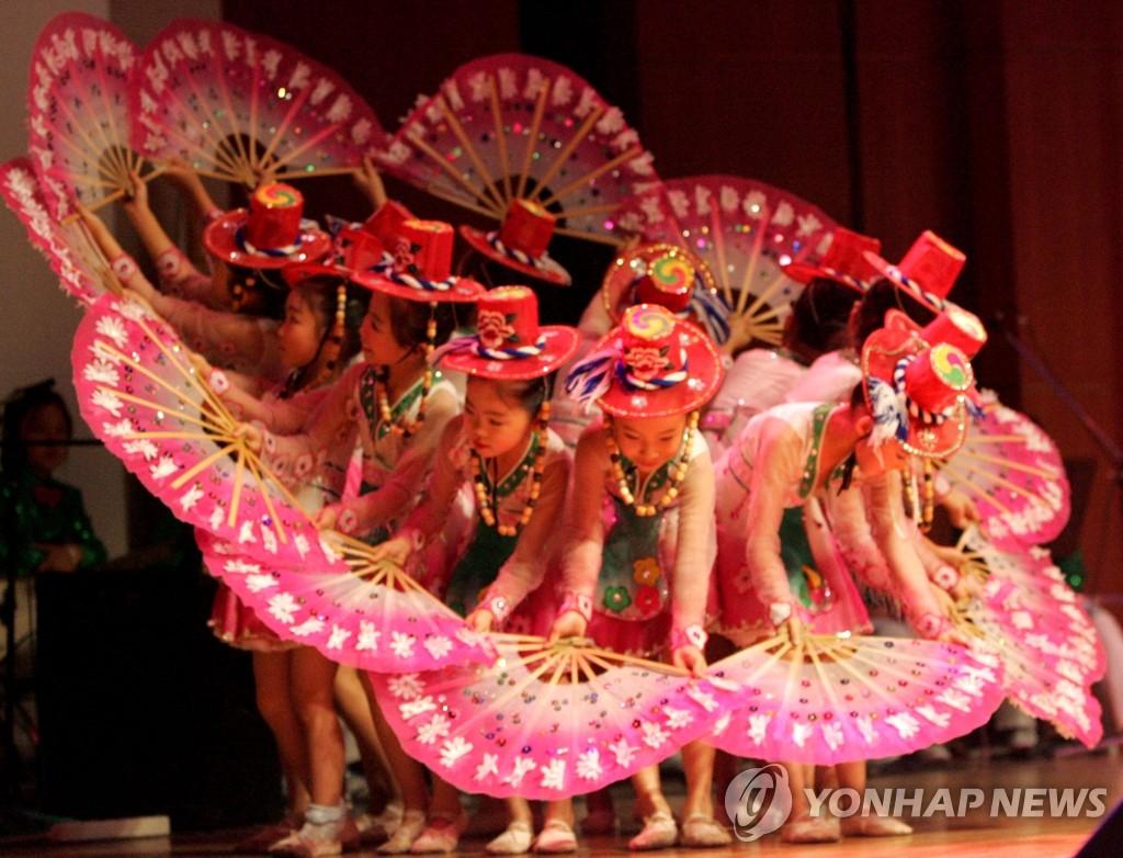 朝鲜族儿童表演扇子舞