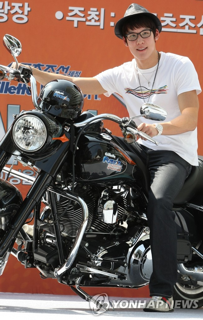 朴泰桓获赠摩托车