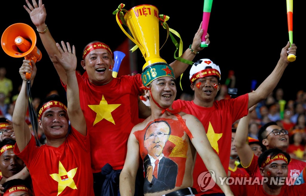 越南球迷热情助威。(韩联社/路透社)