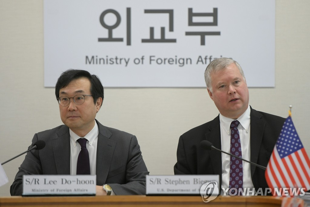资料图片:韩国外交部韩半岛和平交涉本部长李度勋(左)与美国国务院对朝特别代表比根 韩联社/美联社