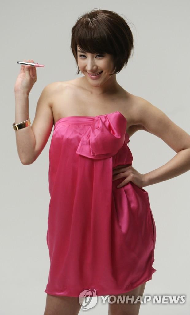 徐仁英拍摄化妆品广告