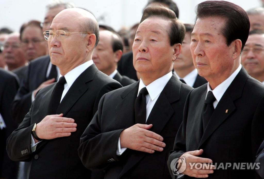 参加前总统崔圭夏葬礼的金大中