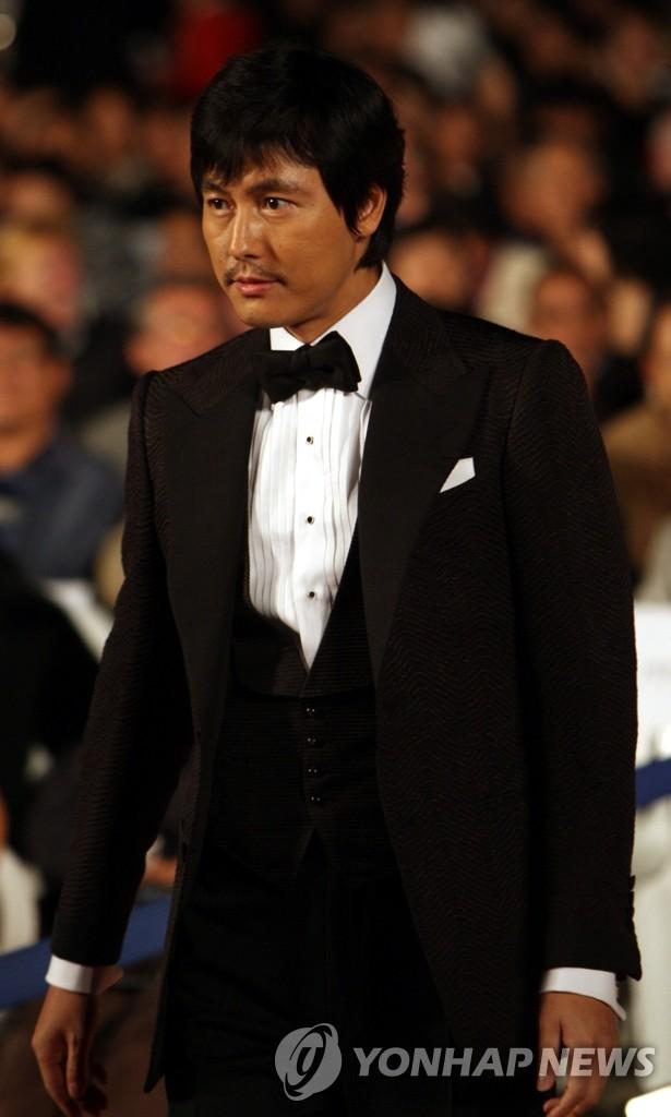 郑宇成参加釜山国际电影节闭幕式