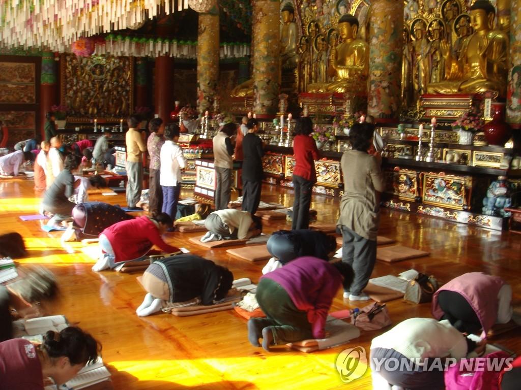 奉宁寺内信徒们虔诚礼拜。