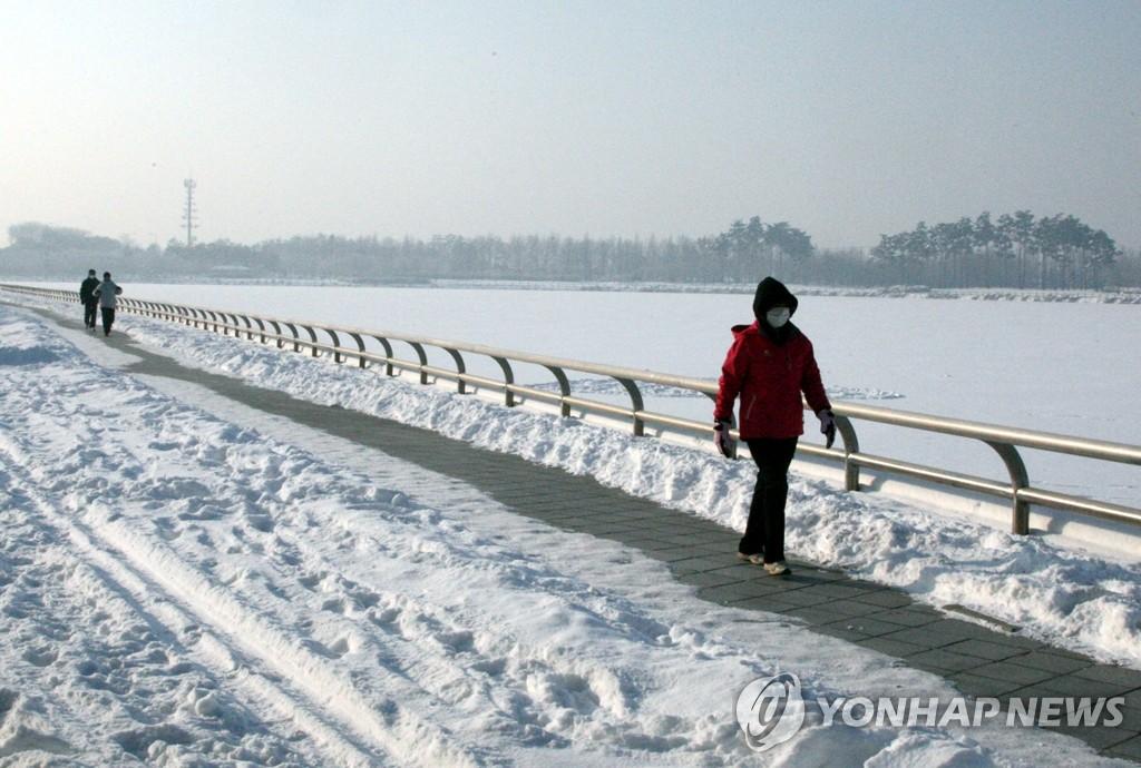 1月7日,在京畿道高阳市一山湖水公园,湖面被厚厚的冰层覆盖。 韩联社