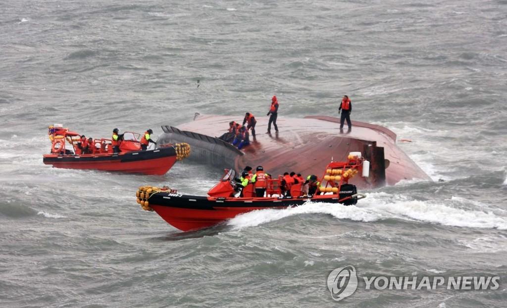 一货船发生翻船事故