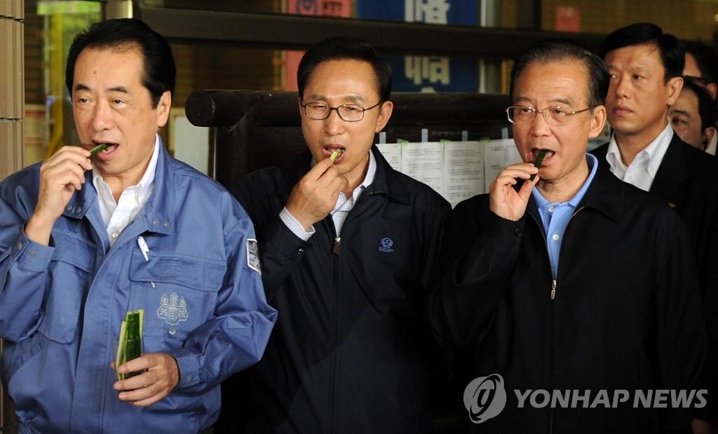 三国领导人品尝福岛产黄瓜