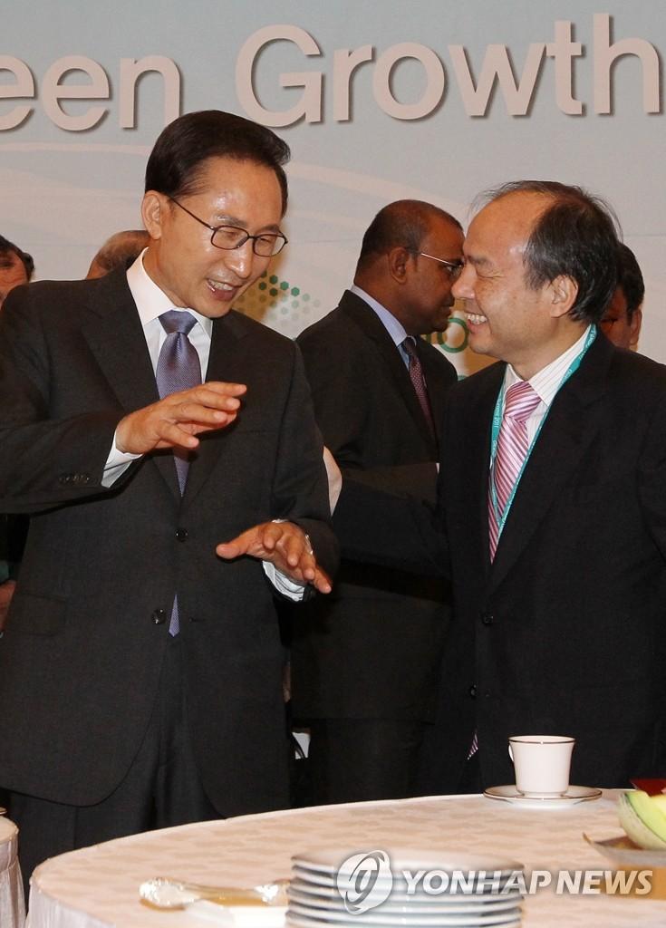 李明博与日本软件银行董事长交谈