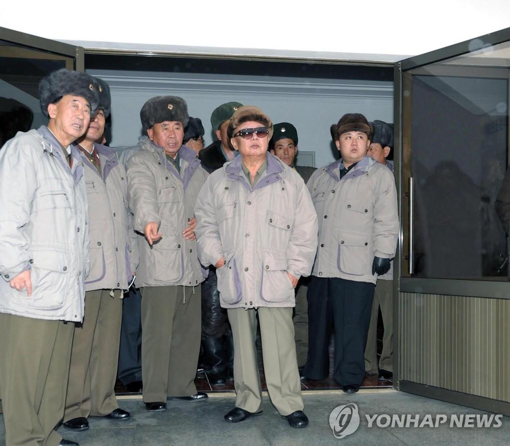金正日父子视察空军部队