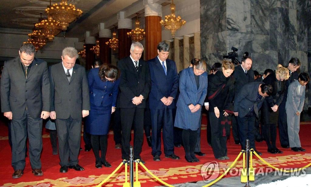 外国代表团吊唁金正日