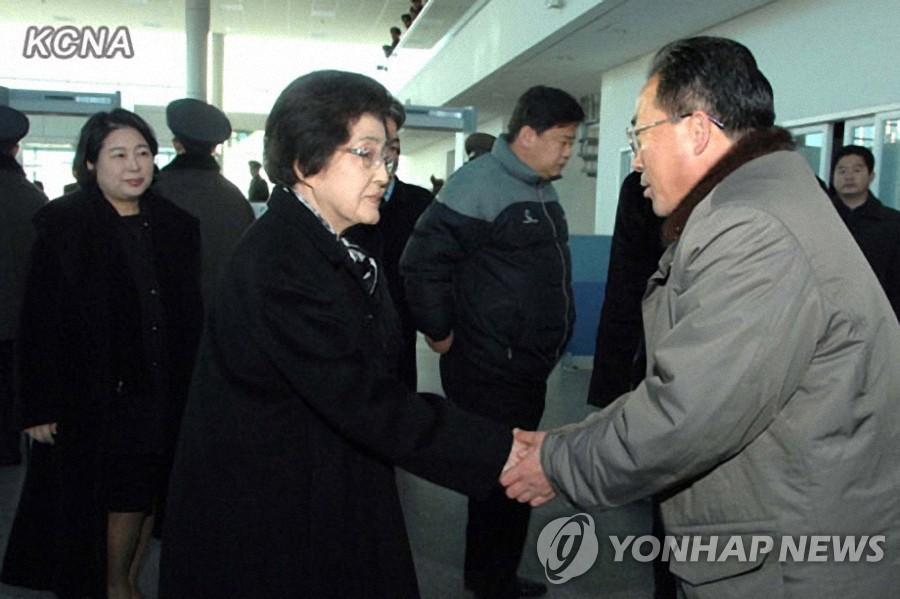 李姬镐女士抵达朝方出入境事务所
