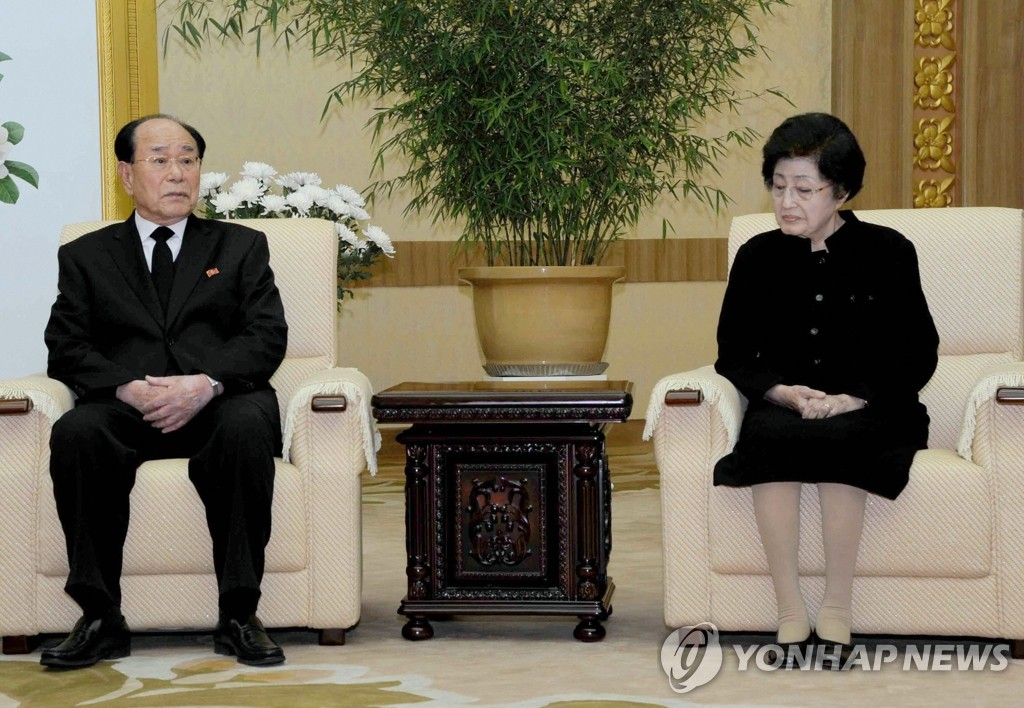 朝媒报道李姬镐和玄贞恩赴朝吊唁金正日消息