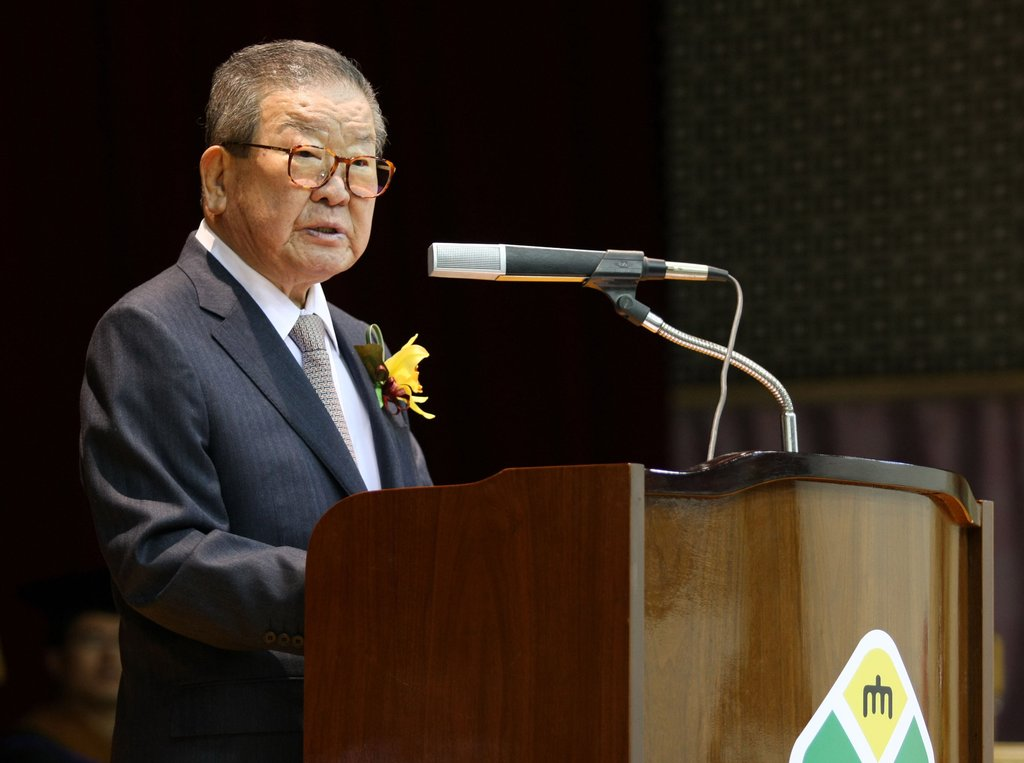 资料图片:2012年2月,在天安莲庵大学,具滋暻发表演讲。 韩联社