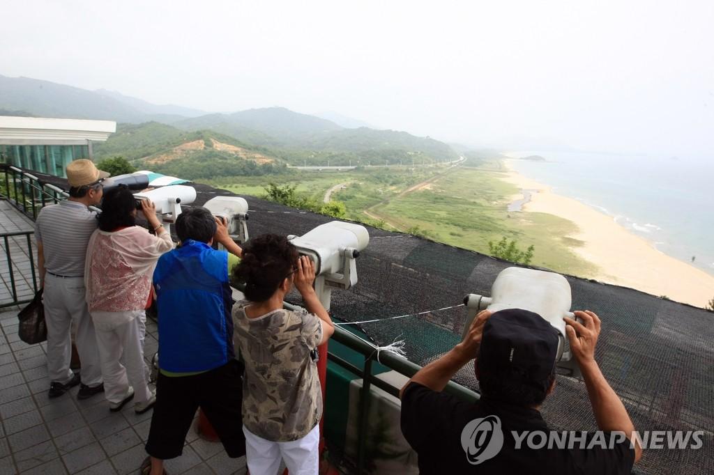 在统一展望台观望朝鲜
