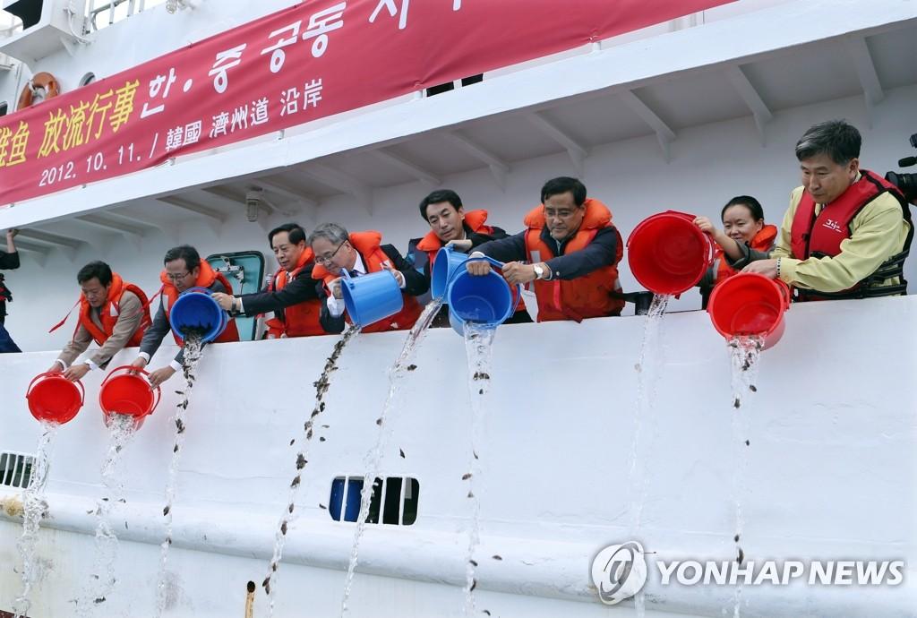 韩中在济州举办放流鱼苗活动