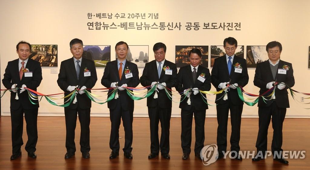 韩联社与越南通讯社共办的摄影展开幕