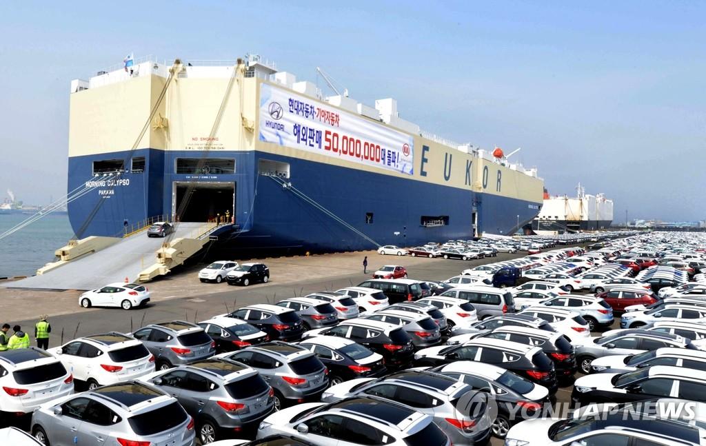 资料图片:在蔚山码头等待出口的汽车。(韩联社)