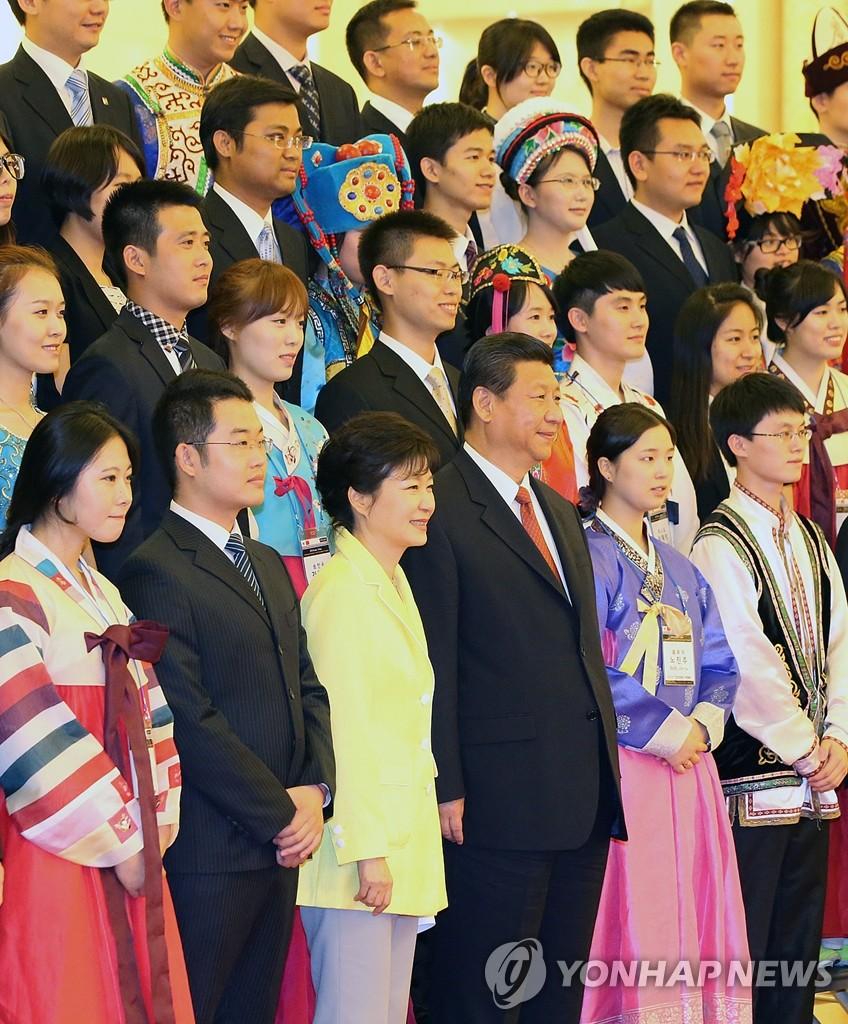 韩中领导人与青年代表合影留念