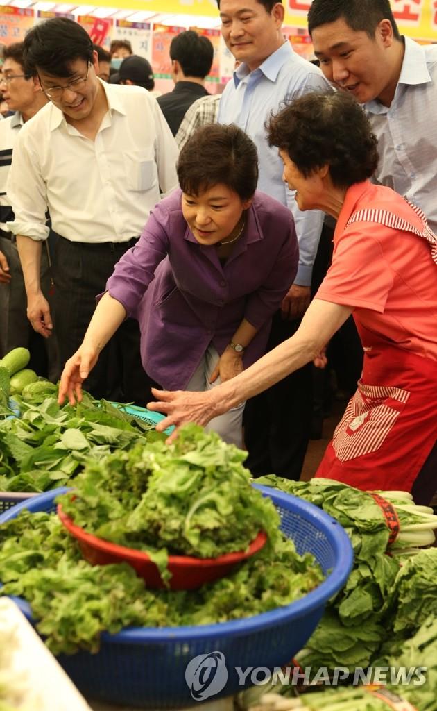 朴槿惠总统考察蔬菜市场