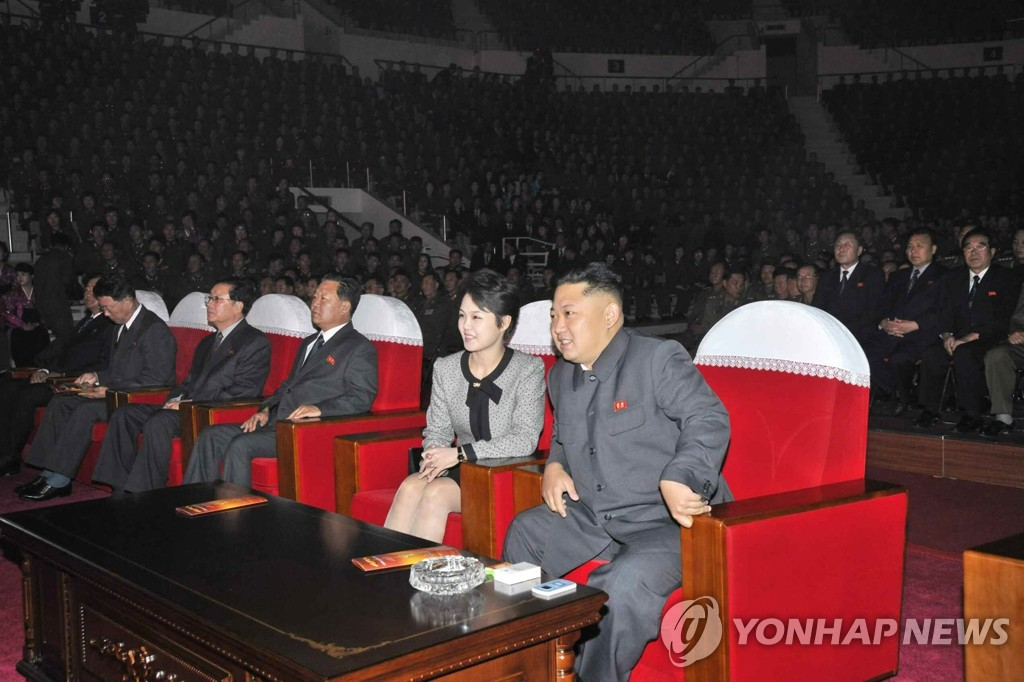 金正恩夫妇观看牡丹峰乐团演出
