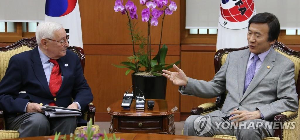 外长尹炳世会见美外交政策委主席