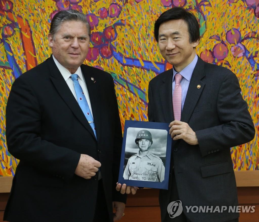 外长尹炳世接见韩战美军司令后裔