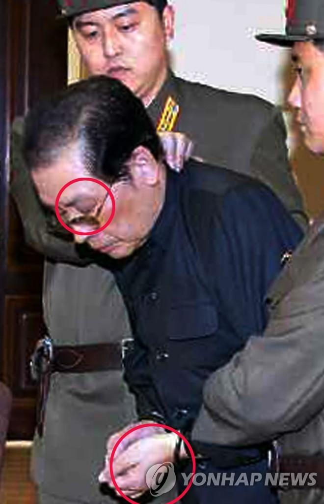 张成泽受审时疑似遭殴打