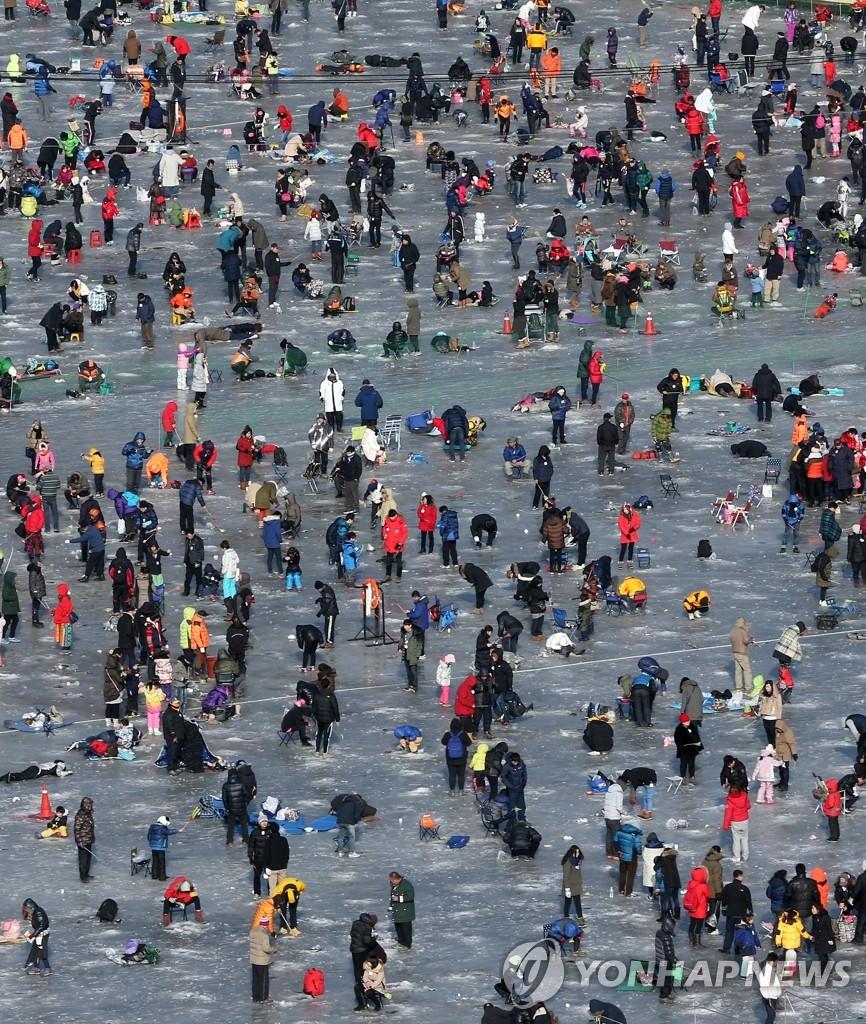 鳟鱼冰钓场挤满游客
