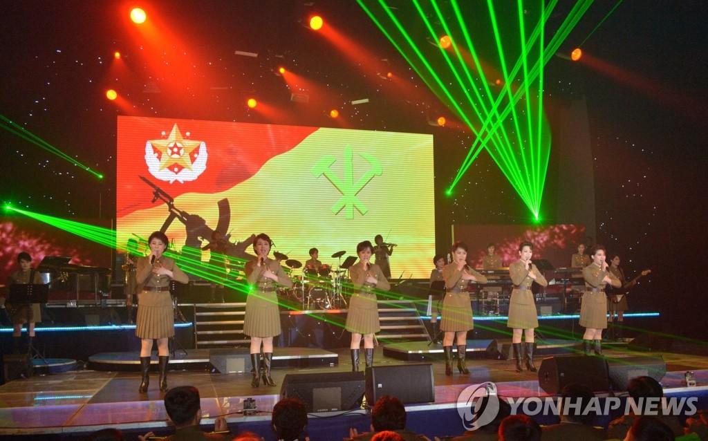 """朝鲜版""""女团""""齐聚劳动党建党70周年庆祝演出"""