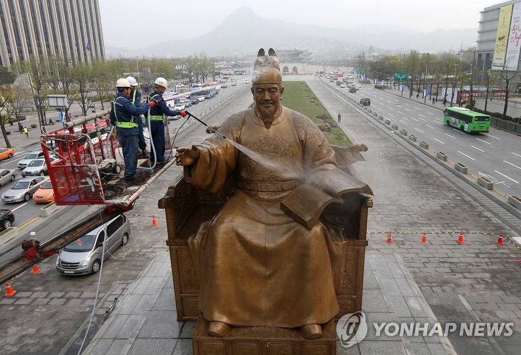 """世宗大王铜像""""沐浴""""迎春"""