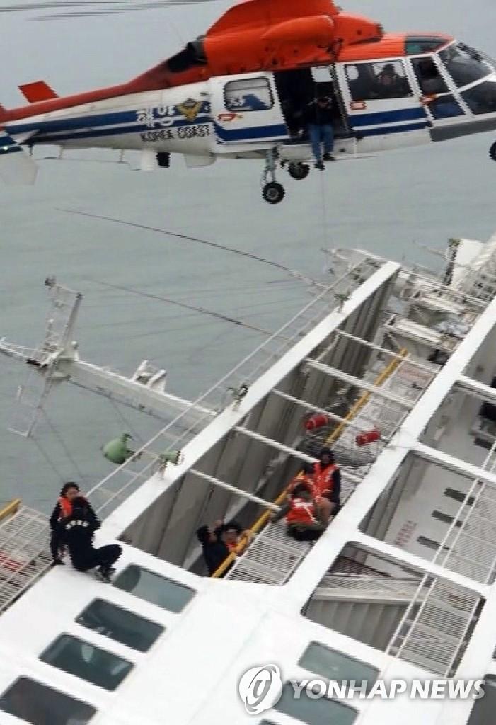 沉没客轮救援现场