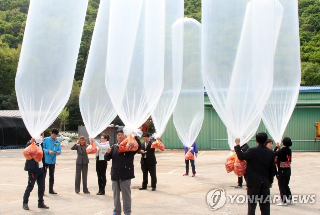 用气球向朝鲜发放巧克力派