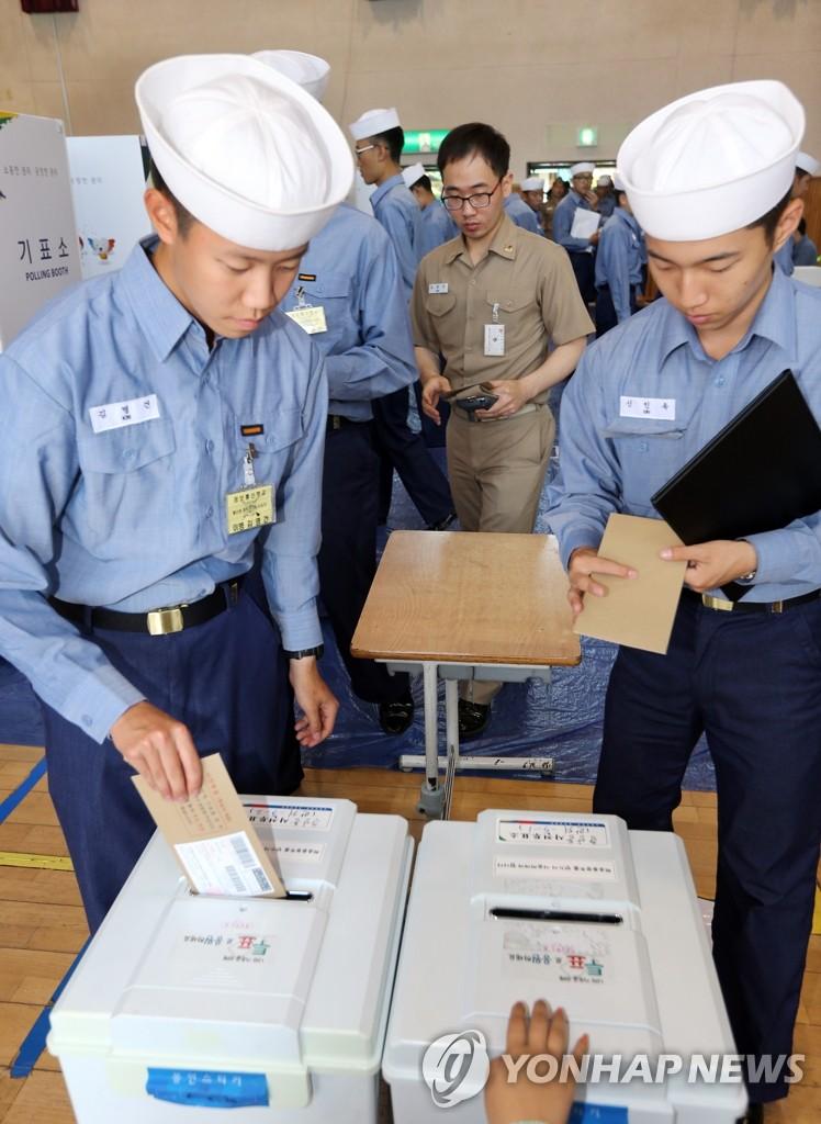 进行投票的海军官兵